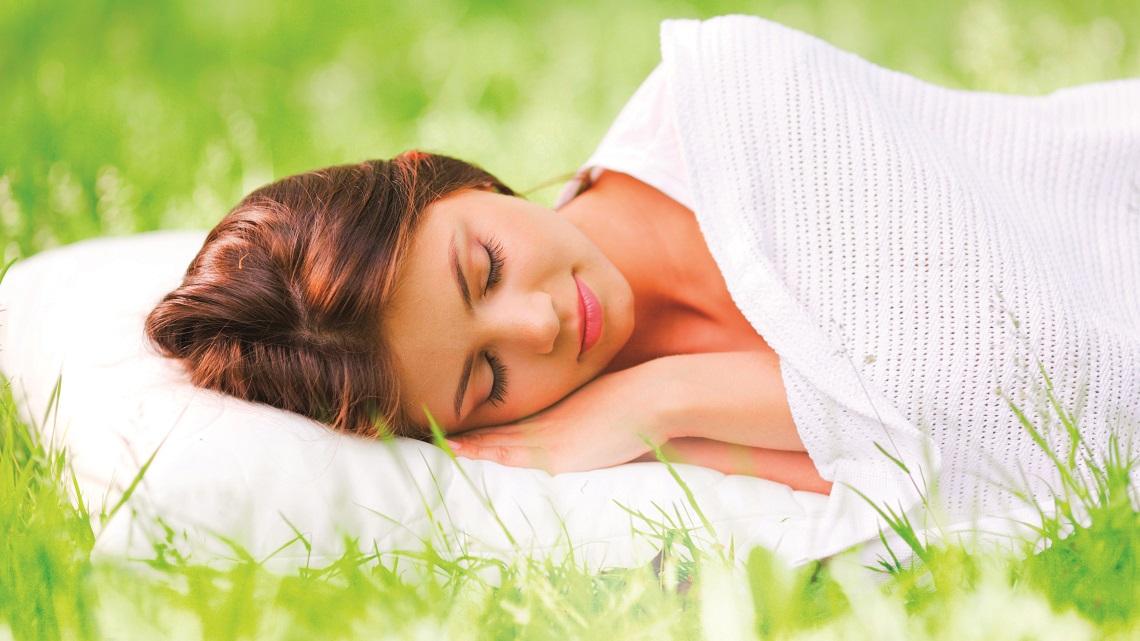 Donna-che-dorme-in-un-prato
